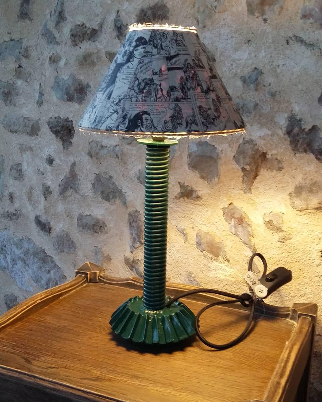 Création lampe upcycling pied métal abat-jour comics
