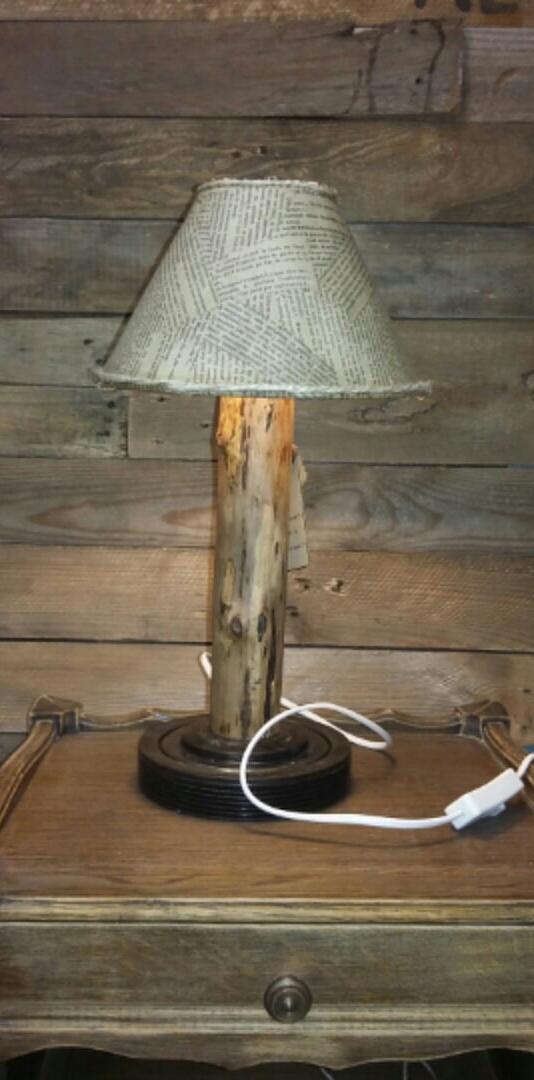 Création lampe upcycling bois et métal abat-jour feuilles de livres