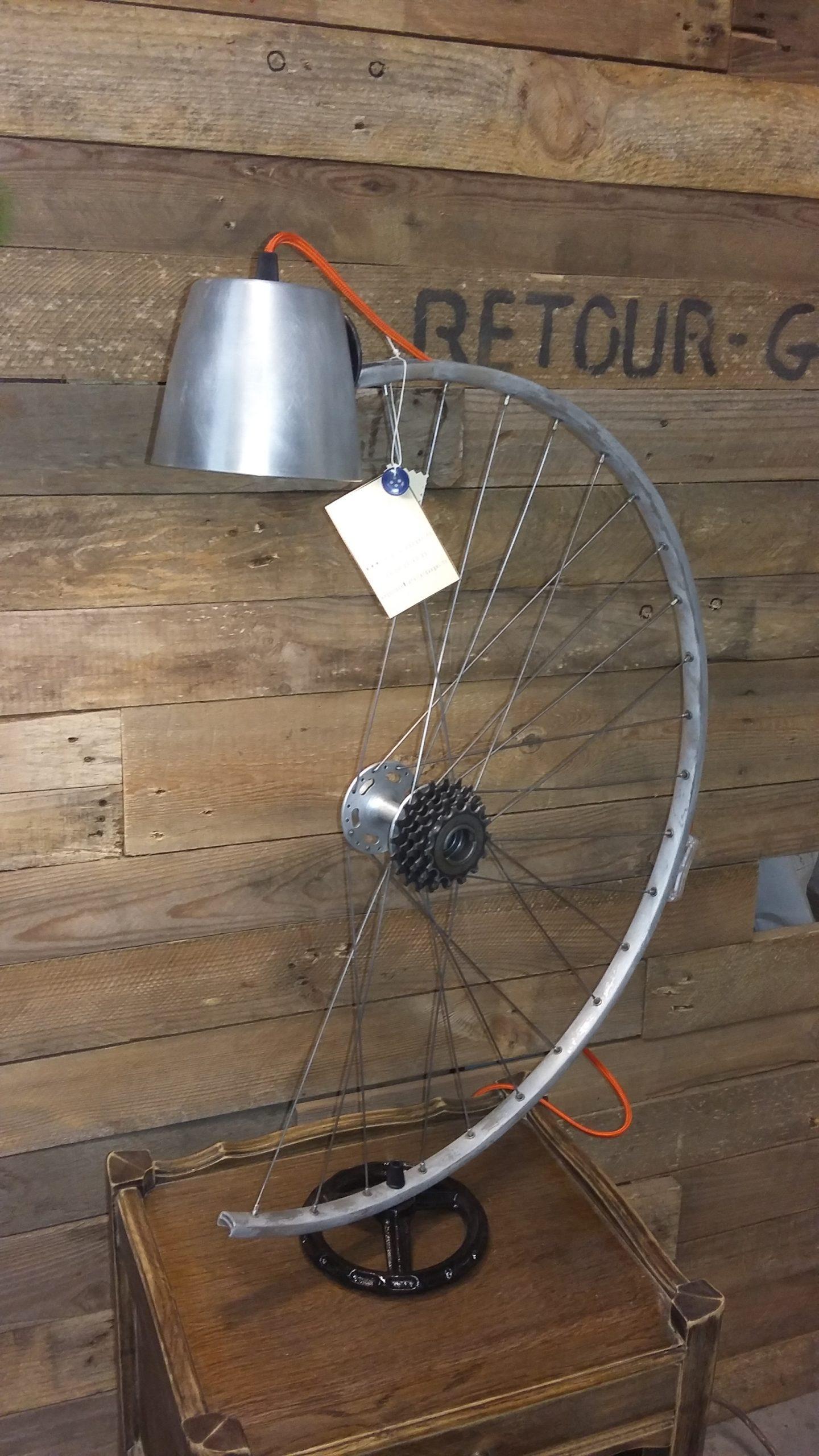 Création lampe upcycling roue de vélo détournée