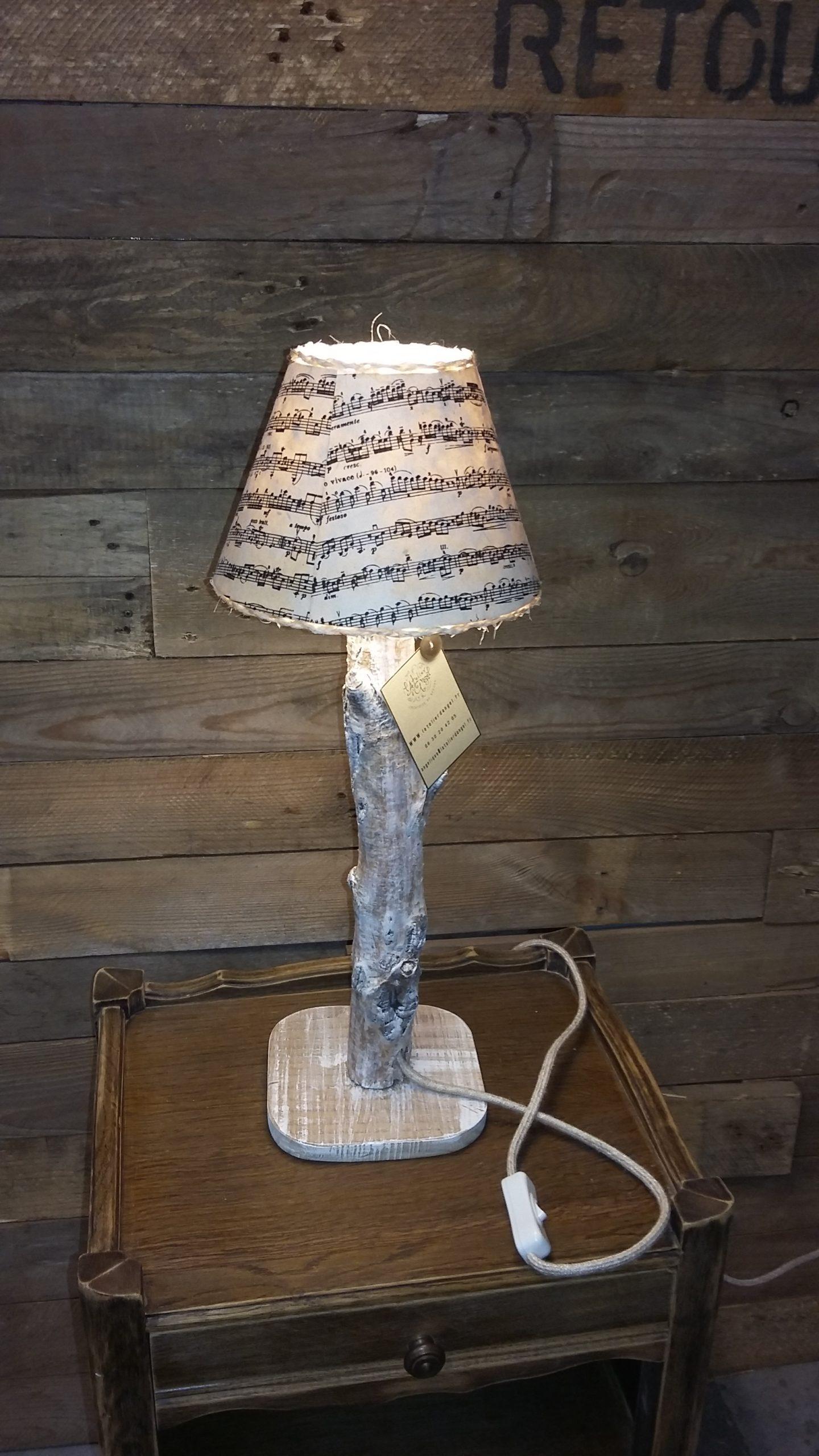 Création lampe upcycling pied bois abat-jour partitions